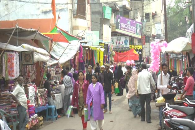 نوجوان لڑکیاں کراچی سوٹ کو زیادہ پسند کررہی ہیں ۔ ویسے دکاندار ہر طرح کے گاہک کی پسند کو اچھی طرح سےجانتے ہیں ۔