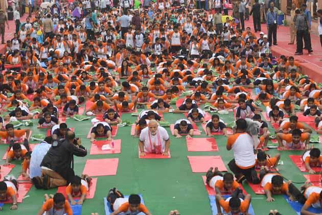 مسٹر مودی نے کہا کہ یوگا ساری دنیا کو جوڑنے میں اہم کردار ادا کر رہا ہے۔ یوگا نے ہندوستان کو دنیا میں مخصوص شناخت دلائی ہے۔ صحت مند جسم اور ذہن کا منتر دینے والے ہندوستان کے رشی منیوں کے اس قدیم طریقے سے دنیا کے کثیر آبادی والے ملک واقف ہو چکے ہیں اور اس کی پیروی کر رہے ہیں۔ صدیوں پہلے یوگا ہمالیہ کی گپھاؤں میں رشيوں، منيوں کی سادھنا ہوا کرتا تھا مگر زمانہ بدلنے کے ساتھ آج یوگا ہر انسان کی زندگی کا حصہ بن چکا ہے۔