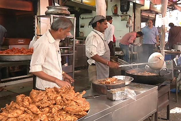 جس طرح ممبئی گوناگوں تہذیبوں کا مرکزہے اسی طرح  ممبئی میں کئی اقسام کے پکوان بھی دستیاب ہوتے ہیں ۔ ممبئی میں افطاری میں لوگ رگڑا چنا کھانا پسند کرتے ہیں۔ افطاری کے ہر بازار میں آپ کو رگڑا اور چنے کی دوکانیں ملیں گی ۔