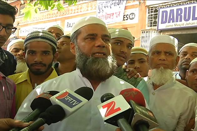 بھلے ہی پولیس انتظامیہ اور جامع مسجد کمیٹی کی جانب سے نماز کے انتظامات کی پوری کوشش کی جائے لیکن  جوہری مارکیٹ کے ویاپار منڈل اور یہاں موجود ہندو تاجر طویل عرصے سے رمضان میں جمعہ کی نماز میں اپنی طرف سے مکمل مدد کرتے آ رہے ہیں ۔
