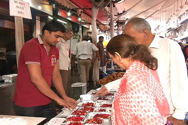 ممبئی میں افطاری میں کباب بھی بہت پسند کیا جاتا ہے۔ ممبئی میں ماہ رمضان میں کئی اقسام کے کباب بنائے جاتے ہیں۔ ساتھ ہی ماہ صیام میں افطاری کے بعد لوگ نلی نہاری بھی کھانا پسند کرتے ہیں۔ نلی نہاری بھنڈی بازار کی نور محمدی اور چائنیزاینڈ گرل کی نلی نہاری بہت مشہور ہے۔