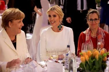 پچیس اپریل کو برلن میں منعقد ڈبلیو 20 سمٹ میں ڈنر کے دوران جرمنی کی چانسلر انجیلا مرکل کے ساتھ اوانكا۔