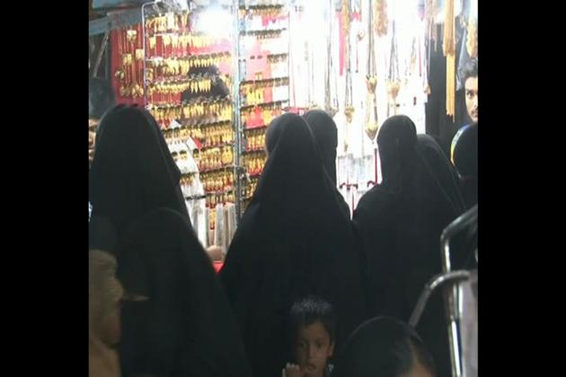 دن بھر روزہ رکھ کر رات میں افطار یا عشا کی نماز کے بعد خواتین سبھی مصروفیات سے فراغت پا کر اس مارکیٹ میں پہنچتی ہیں۔