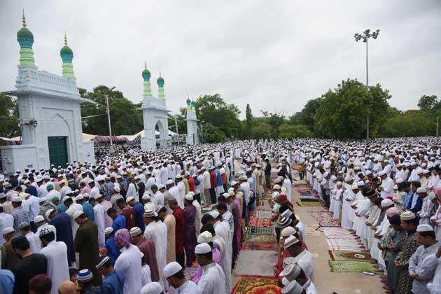 انہوں نے کہا کہ رمضان کی عید کی نماز دراصل روزوں کے بعد اللہ تعالی کا شکر ادا کرنا ہے۔ یہ اللہ تعالی کی بڑائی ہے۔ہمیں اپنی خوشیوں میں اپنے بھائیوں کو بھی شریک کرناچاہئے۔ صدقہ فطر عید کی نماز سے پہلے دینا افضل ہے۔غریبوں کا خیال رکھتے ہوئے ہمیں صدقہ فطر نکالنا چاہئے اوراس کے لئے مستحق کو تلاش کرنا چاہئے۔ انہوں نے عالمانہ انداز میں تشریح کرتے ہوئے سماج کے موجودہ حالات اور اس کی بُرائیوں کا بھرپوراحاطہ کیا اور مسلمانوں کو تلقین کی کہ وہ دین پر چلیں اور اپنے میں دینی مزاج پیداکریں۔