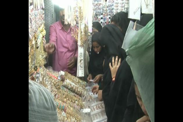 چوڑیاں ،حیدرآبادی کنگن ، آئرنگ، ہار ،ڈائمنڈ ہار جیسی ہزارہا چیزیں جنہیں خواتین پسند کرتی ہیں اس بازار میں آسانی سے سستے داموں میں مل جاتی ہیں۔