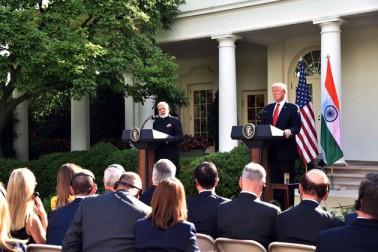 امریکی صدر نے کہا کہ ہندوستان کا مقابلہ کوئی نہیں کرسکتا۔ دونوں کے آئین کی شروعات بھی تین الفاظ سے ہوتی ہے''وی دی پیپل(ہم لوگ)''۔ انہوں نے کہا کہ مسٹر مودی اور وہ خود سوشل میڈیا کے عالمی لیڈر ہیں اور دونوں عوام کو مناسب حقوق دئے جانے میں یقین رکھتے ہیں۔