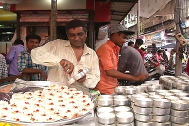 افطاری کے بعد ممبئی شہر کی رونق دوبالا ہوجاتی ہے۔ ممبئی  کے بھنڈی بازار اورمحمد علی روڈ کا نظارہ قابل دید ہوتا ہے۔ چہار جانب رونق ہوتی ہے ۔ بازار سجتے ہیں اورمختلف پکوانوں کی دوکانیں سجتی ہیں۔
