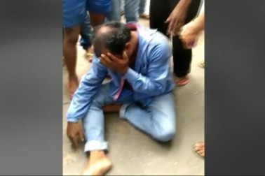 مبینہ طور پر گوشت لے جانے کے الزام میں جھارکھنڈ میں مسلم نوجوان علیم الدین کےپیٹ پیٹ کر قتل کے بعد رام گڑھ میں کشیدگی کا ماحول ہے ۔ یہ واقعہ گزشتہ روز پیش آیا تھا ۔ واقعہ کے خلاف جمعرات کی دیر شام گدی کے منا پھول سرائے کے بڑی تعداد میں مقامی لوگوں نے رام گڑھ میں احتجاج کیا۔