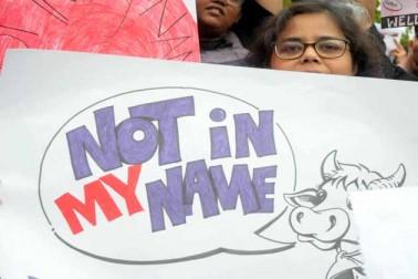 بنگلورو کے ٹاون ہال میں سماجی تنظیموں کے ارکان نے خاموش انداز میں اپنے ہاتھ کی لکھی ہوئی تختیاں لے کر احتجاج درج کرایا۔