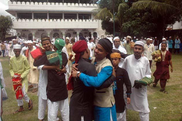 امپھال میں  عید الفطر کے موقع پر بچے ایک دوسرے سے گلے ملتے ہوئے ۔