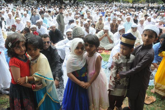 بنگلور میں بچے عید کی خوشیاں مناتے ہوئے ۔