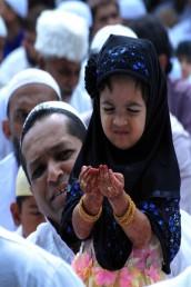 بنگلور میں ایک بچی عید کے نماز کے بعد دعا مانگتی ہوئی ۔