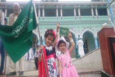 جموں و کشمیر میں بچے عید کے موقع پر مذہبی پرچم بلند کرتے ہوئے ۔
