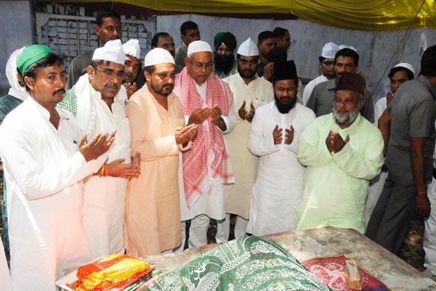پٹنہ میں عید ملن تقریب کے دوران وزیر اعلی نتیش کمار ایک مزار پر دعا مانگتے ہوئے ۔