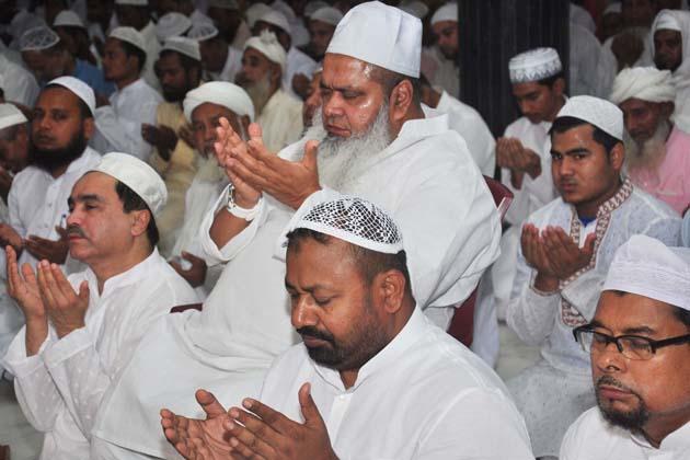 آسام میں مولانا بدر الدین اجمل عید الفطر کی نماز کے بعد دعا مانگتے ہوئے ۔