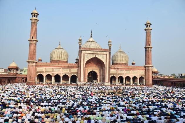 نئی دہلی : رمضان المبارک کے اختتام پر عیدالفطر کا تہوار آج پورے ملک میں روایتی جوش و خروش کے ساتھ منایا جارہا ہے ۔ ملک کے مختلف حصوں میں فرزندان توحید نے اپنے اپنے قصبوں اور گاؤں میں عید کی نماز ادا کرنے کے لئے عیدگاہوں اور مسجدوں کا رخ کیا اور دوگانہ ادا کی۔ نماز کے اختتام پر انہوں ایک دوسرے کو عید کی مبارکباد دیں ۔ ہندو ؤں، سکھوں اور دیگر فرقوں کے ارکان بھی اپنے مسلمان بھائیوں کے ساتھ عید کی تقریبات میں شریک ہوئے۔ اگلی سلائیڈ میں دیکھیں ملک میں عید کا جشن تصویروں کی زبانی ۔