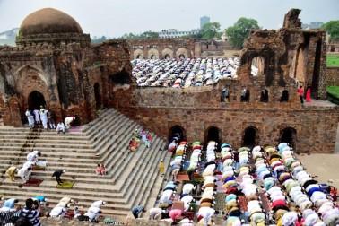 دہلی کی فیروز شاہ کوٹلہ مسجد میں نماز عیدالفطر کا منظر۔