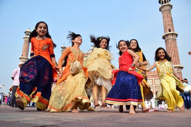 جامع مسجد نئی دہلی میں بچے خوشیاں مناتے ہوئے ۔