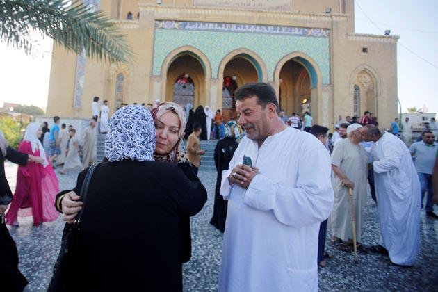 بغداد میں عید الفطر کی نماز کے بعد لوگ ایک دوسرے کو مبارکباد دیتے ہوئے ۔