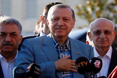 ترکی کے صدر رجب طیب اردغان عید الفطر کی نماز کے بعد میڈیا سے بات چیت کرتے ہوئے۔