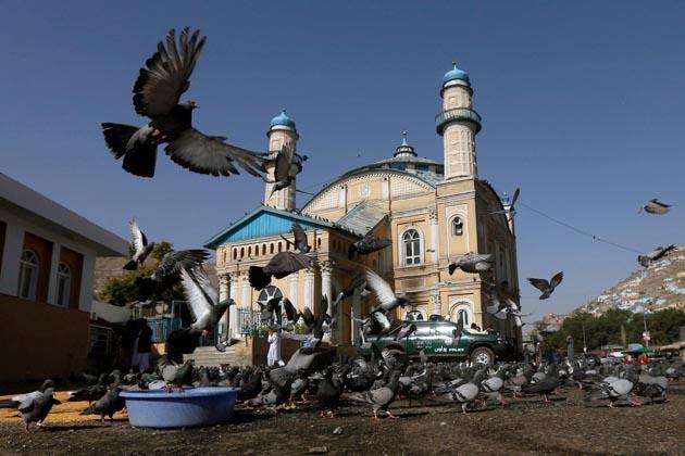 کابل میں عید الفطر کی نماز سے قبل شاہ دوہ شمشیرہ مسجد کا ایک نظار