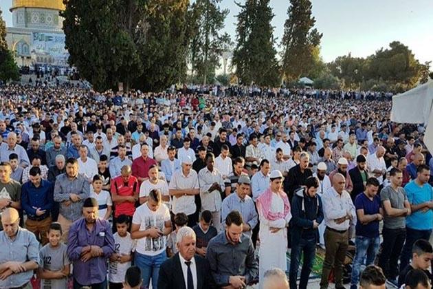 قلبہ اول مسجد اقصی میں تقریبا ایک لاکھ فرزندان توحید نے عید الفطر کی نماز ادا کی ۔