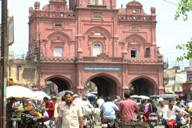 میرٹھ میں صدر بازار، لال کرتی، آبو لین بازار اور سحراب گیٹ مارکیٹ خاص بازار ہیں ۔