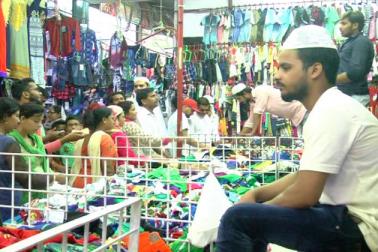 مختلف ویرائٹی کے لیڈیز سوٹ ، چوڑی ، سینڈل اور زیورات کے ساتھ مردوں کے لئے کرتا پائجامہ، جینس ،ٹی شرٹ اورقمیض سے دکانیں سج جاتی ہیں ۔