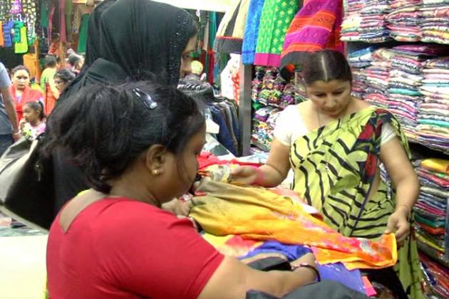 وہیں عید کے موقع پر خریداری میں اضافہ کے پیش نظر دوکاندار بھی اپنی دکانوں کو مختلف اقسام کی چیزوں سے سجاتے ہیں ۔