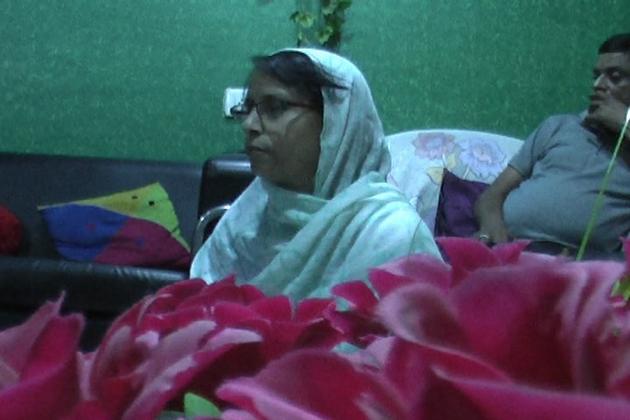 انہوں نے اپنے گھر پر کام کیلئے والی مسلم لڑکیوں سے باقاعدہ نماز پڑھنی سیکھی ہے اور وہ وقت کی پابندی کے ساتھ نماز ادا کرتی ہیں اور افطار کرتی ہیں ۔