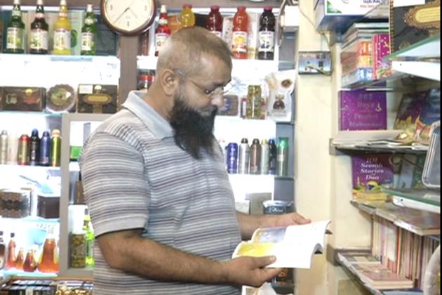 رمضان کا مہینہ آتے ہی ملک بھر میں روحانی ماحول دیکھنے کو ملتا ہے۔ مسلمانوں کے اس مقدس ماہ میں جہاں عبادت کو اہمیت دی جاتی ہے ، وہیں بازاروں میں بھی بھیڑ دیکھی جاتی ہے لیکن بازاروں کی یہ بھیڑ صرف عید کی تیاریوں کے لیے نہیں ہوتی بلکہ عبادت کے لیے مذہبی کتابوں کی خریداری میں بھی اضافہ ہوجاتا ہے ۔