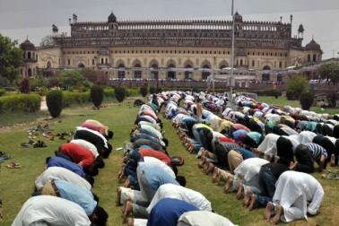 لکھنو میں واقع بڑا امام باڑہ میں جمعۃ الوداع کی نماز کا حسین منظر ۔