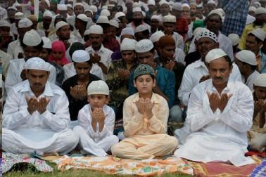 لکھنو میں واقع ٹیلے والی مسجد میں نماز جمعۃ الوداع  کا روح پرور منظر ۔