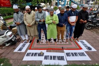 کولکاتہ میں مسلمان نماز پڑھ کر اپنا احتجاج درج کراتے ہوئے۔