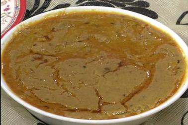 دکانداروں کے مطابق حلیم مختلف طرح کی دالوں سے بنائی جاتی ہے۔ اس لئے اسکا اصل نام دلیم ہے ، لیکن اسےحلیم کے نام سے شہرت ملی اور کولکاتہ میں بھی یہ حلیم کے نام سے جاتا جاتا ہے۔