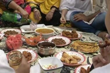 رمضان میں روزے سے گھنٹوں پہلے ہی مختلف ریسٹورانوں میں حلیم کی خریداری کے لیے لمبی لمبی قطاریںدیکھی جاتی ہیں۔ ان میں دیر سے آنے والے کئی لوگوں کو مایوسی کا بھی سامنا کرنا پڑتا ہے ۔ کیونکہ بنگال کے لوگ کھانے پینے کے کافی شوقین ہوتے ہیں ، جس کی وجہ حلیم کے بغیر کولکاتہ کے لوگوں کا افطار ادھورا سمجھا جاتا ہے ۔