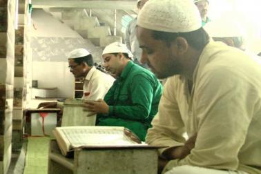 ماہ رمضان کی فضیلت کے ساتھ علما ان دنوں میں زکوة  اور صدقہ فطر ادا کرنے کی ضرورت اور اہمیت بھی بیان کرتے ہیں۔
