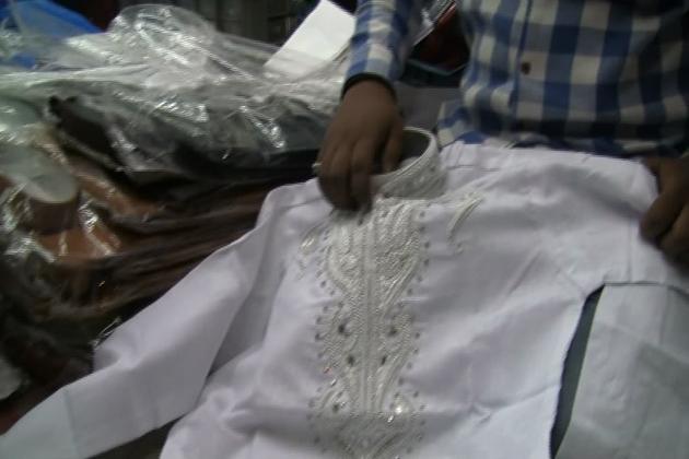 سال رواں بازار میں عید اسپیشل میں مردوں میں شاہ رخ خان کی فلم رئیس کے پٹھانی سوٹ نے دھوم مچا رکھی ہے ۔