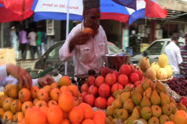 لوگوں کو بیک وقت اسکول، افطار اورعید کی تیاری کیلئے کئی کئی اخراجات کا سامنا کرنا پڑرہا ہے ، جس کی وجہ سے افطار مارکیٹ میں لوگ پھل اتنا ہی خرید رہے ہیں ، جتنی کہ انہیں ضرورت ہے ۔