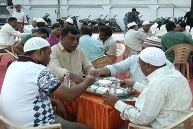 احمد آباد کی تاریخ میں پہلی مرتبہ ایسا ہوا ہے کہ جب پولیس اسٹیشن میں مسلم برادری کے لوگوں کے لئے افطار پارٹی کا انعقاد کیا گیا ہو۔ جوہاپورا شانتی کمیٹی اور ویجل پور پولیس اسٹیشن کی جانب سےعلاقے کے مسلم روزہ داروں کے لئے افطار پارٹی منعقد کی گئی۔
