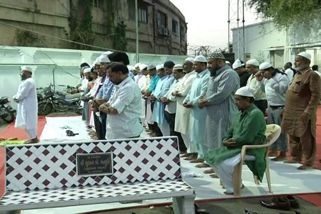 افطار پارٹی کے بعد ویجل پور پولیس اسٹیشن کے صحن میں مغرب کی نماز با جماعت ادا کی گئی ۔