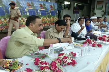 احمد آباد کی تاریخ میں پہلی مرتبہ پولیس اسٹیشن میں افطار پارٹی کا انعقاد