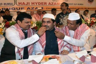 ممبئی کے حج ہاوس میں افطار پارٹی کے دوران وزیر اعلی دیویندر فرنویس اور سید شاہنواز حسین ۔