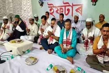 گوہاٹی میں ایک افطار پارٹی کے دوران آسام کے وزیر اعلی سربانند سونووال