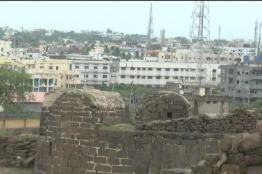 اس قانون کی روشنی سے اگر دیکھاجائے تو ہفت گنبد اور قلعہ حشام کے تین سو میٹر دائرے میںکافی عمارتیں آتی ہیں۔