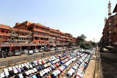 قومی راجدھانی نئی دہلی سمیت ملک بھر کی مساجد میںآج  رمضان المبارک کے پہلے جمعہ کی نماز ادا کی گئی ۔ اس موقع پر سبھی مساجد میں کافی بھیڑ نظر آئی ۔ اگلی سلائیڈ میں دیکھیں ملک بھر میں رمضان کے پہلے جمعہ کے موقع پر کیسا رہا مساجد کا نظارہ