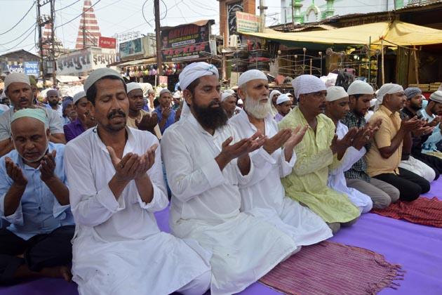 پٹنہ میں فرزندان توحید نماز ادا کرتے ہوئے ۔
