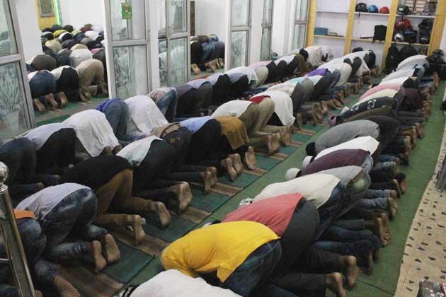ناگپور میں فرزندان توحید نماز ادا کرتے ہوئے ۔