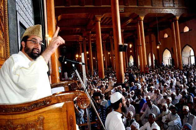سری نگر میں میر واعظ عمر فاروق نماز جمعہ سے قبل تقریر کرتے ہوئے ۔