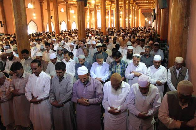 سری نگر میں فرزندان توحید نماز جمعہ ادا کرتے ہوئے ۔